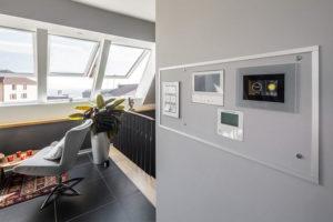 IWM-Aktuell Roto-Energieeffizienz-und-Wohnkomfort-im-Dachgeschoss_Bild-5-300x200 Energieeffizienz und Wohnkomfort im Dachgeschoss Aktuelles Aus der Branche  Wohnkomfort Smart Home Roto R8 Energieeffizienz Designo Dachfenster Barrierefrei