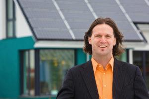 IWM-Aktuell Timo-Leukefeld_Foto-Burkhard-Peter-300x200 Timo Leukefeld erhält Deutschen Solarpreis Aktuelles Aus der Branche  Solartechnologie Solar Immobilienwirtschaft Immobilienmarkt Immobilienbranche Immobilien Digitalisierung